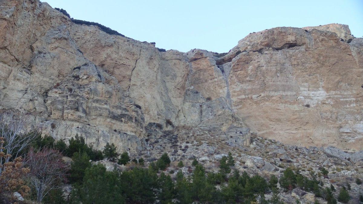 Akdeniz açıklarındaki deprem Karaman'da kayaları yerinden oynattı #1