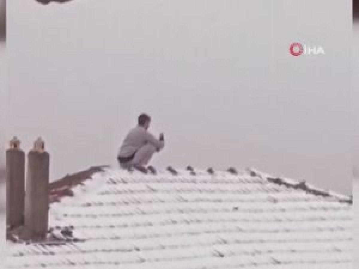 Esenler de kar fotoğrafı çekmek için çatıya çıkan genç #1