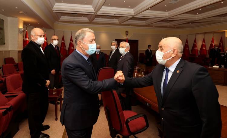 """<p>Milli Savunma Bakanı Hulusi Akar beraberinde Genelkurmay Başkanı Yaşar Güler ile emekli subay ve astsubayların temsilcisi TESUD ve TEMAD yönetimini kabul etti.</p> <p>  </p> <p></p> <p> """"/> <img src="""