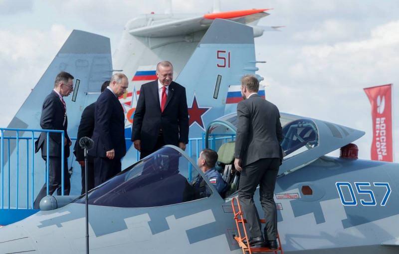 Erdoğan Rusya ziyaretinde Su-57'yi incelemişti.